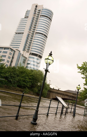 25 June 2007 Flooded River Aire tow path at Sovereign Street, Leeds, with Bridgewater Place & Victoria Bridge in - Stock Photo