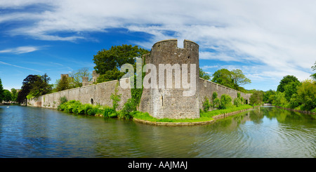 The moat and outer wall around the Bishop's Palace and gardens in the city of Wells in Somerset, England. - Stock Photo