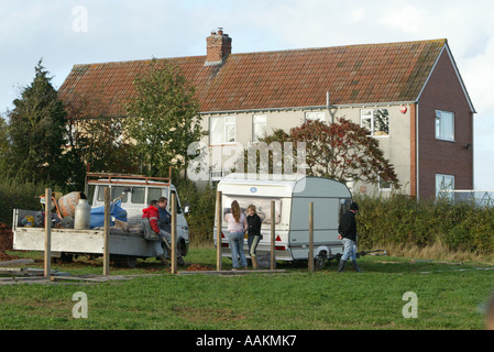 GYPSY TRAVELLERS SET UP A ILLEGAL CAMP IN FRONT OF HOUSES ON A SITE IN NORTH CURRY SOMERSET, ENGLAND - Stock Photo