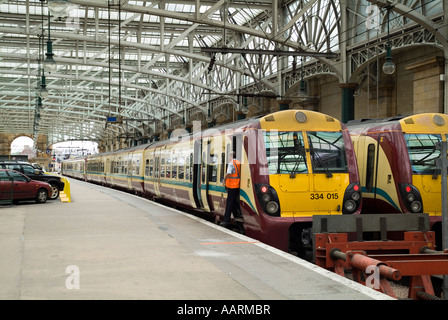 dh  CENTRAL STATION GLASGOW SPT Juniper trains and coaches stationary at platform train - Stock Photo