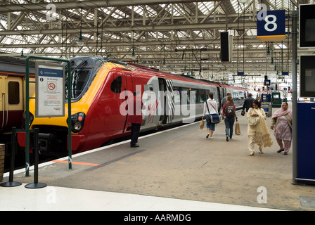 dh  CENTRAL STATION GLASGOW Passengers walking on platform to and from Virgin Trains - Stock Photo