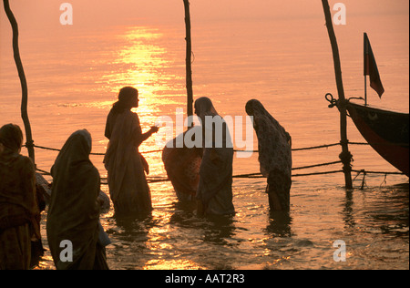KUMBH MELA INDIA 2001 AS THE SUN SETS OVER THE KUMBH MELA THE STREAM OF PILGRIMS KEEPS COMING TO THE GANGES 2001 - Stock Photo