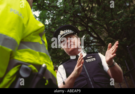 Sir Ian Blair Metropolitan Police Commissioner on patrol with police officers in Dalston, Hackney, London, UK - Stock Photo