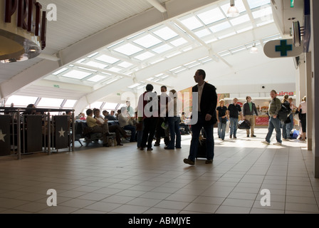 PICTURE CREDIT DOUG BLANE Inside Luton Airport - Stock Photo
