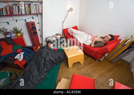 Flatmates in a small studio flat (Paris - France). Colocataires se partageant un petit studio parisien (Paris 75 - Stock Photo