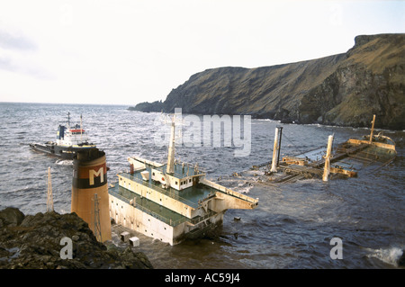 BRAER OIL TANKER RUN AGROUND ON THE COASTLINE OF THE SHETLAND ISLANDS SCOTLAND 1993 - Stock Photo
