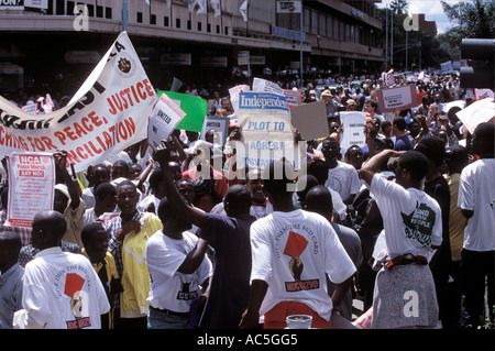 PEACE RALLY HARARE 1 4 00 PROTEST AGAINST THE GOVERNMENTS COLLUSION WITH FARMSTEAD SQUATTERS - Stock Photo
