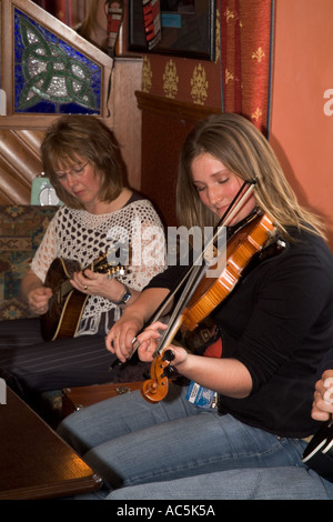 dh Orkney Folk Festival STROMNESS ORKNEY Scottish Musicians playing Fiddle music uk girl player Scotland - Stock Photo
