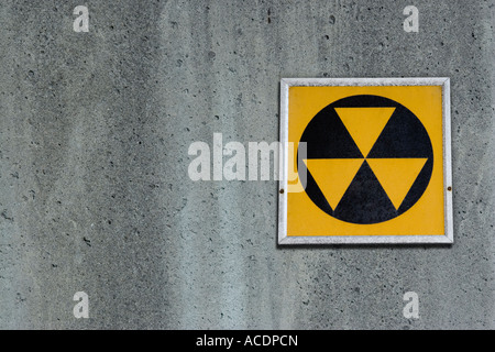 Radiation fallout shelter sign on concrete wall - Stock Photo