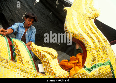 MR Thailand Bangkok Workers atop roof of Buddhist Wat Po Temple - Stock Photo