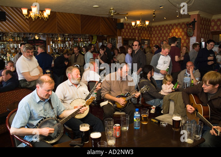 dh Orkney Folk Festival STROMNESS ORKNEY Musicians playing banjos and guitar Stromness Hotel lounge bar scotland - Stock Photo
