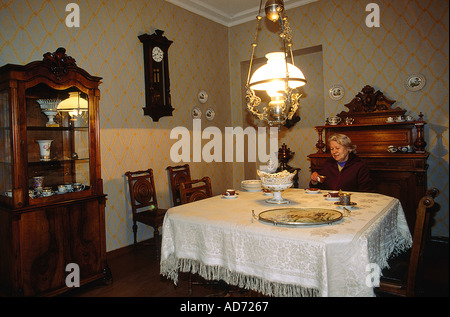 RUSSIA ST PETERSBURG FEDOR DOSTOIEVSKY APARTMENT NOW A MUSEUM THE CURATOR AT THE WRITER S DINING TABLE APARTMENTS - Stock Photo
