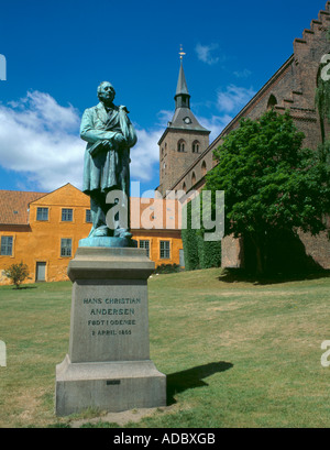 Statue of Hans Christian Anderson, with Skt Knuds Domkirke (Cathedral) beyond, Odense, Fyn (Funen), Denmark - Stock Photo
