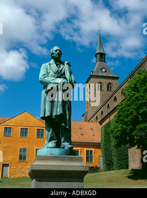 Statue of Hans Christian Anderson, with Skt Knuds Domkirke (Cathedral) beyond, Odense, Fyn (Funen), Denmark. - Stock Photo
