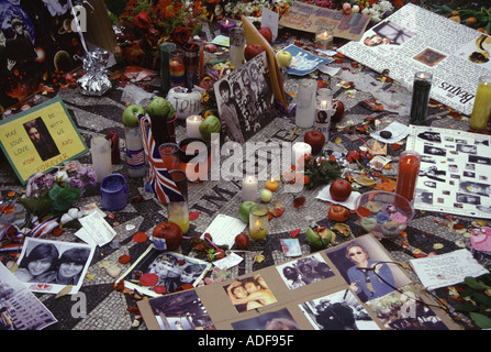 George Harrison memorial at Strawberry Fields in New York after his death in 2001 - Stock Photo