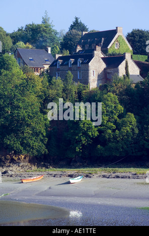 ARGUENON  RIVER AT LOW TIDE AND HOUSES  LE GUILDO  VILLAGE CÔTES D'ARMOR BRITTANY FRANCE EUROPE - Stock Photo