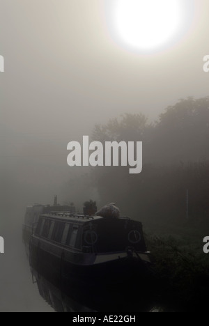 PICTURE CREDIT Doug Blane Moored narrowboat on a misty moring on the kennet and avon canal - Stock Photo