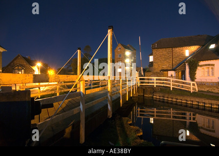 PICTURE CREDIT Doug Blane Swing bridge at night in Newbury on the kennet and avon canal - Stock Photo