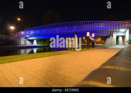 PICTURE CREDIT Doug Blane Blue bridge at night in Newbury on the kennet and avon canal - Stock Photo