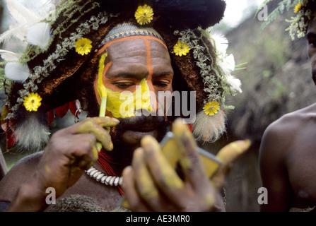 Huli tribesman painting face Tari Western Highlands Papua new Guinea - Stock Photo