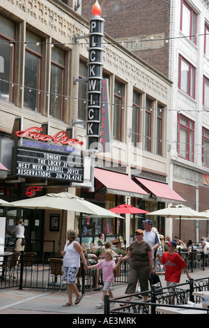 Cleveland Ohio East 4th Fourth Street Pickwick and Frolic Restaurant family alfresco dining tables umbrellas - Stock Photo