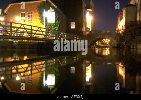 PICTURE CREDIT Doug Blane Pub and bridge at night in Newbury on the kennet and avon canal - Stock Photo