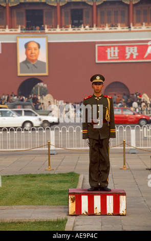 Soldier standing to attention in front of portrait of Chairman Mao on Tiananmen Gate, Tiananmen Square, Beijing, - Stock Photo