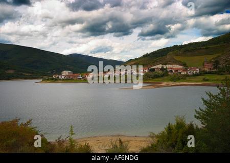 Vista del embalse de Eugi, Pueblo de Eugi, Navarra, España.View Eugui Reservoir, Town of Eugui, Navarra, Spain - Stock Photo