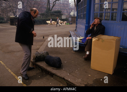 Tramps  sleeping rough chatting to each other central  London 1985 Lincoln Inns Field 1980s HOMER SYKES - Stock Photo