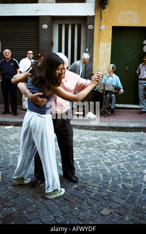 People dancing Tango in the streets of Buenos Aires Argentina HOMER SYKES - Stock Photo