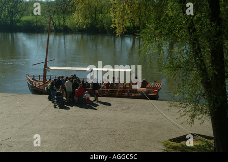 Boarding a gabarre on river Dordogne at Beynac - Stock Photo