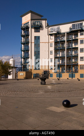 dh  LEITH LOTHIAN New dockland flats and forecourt - Stock Photo