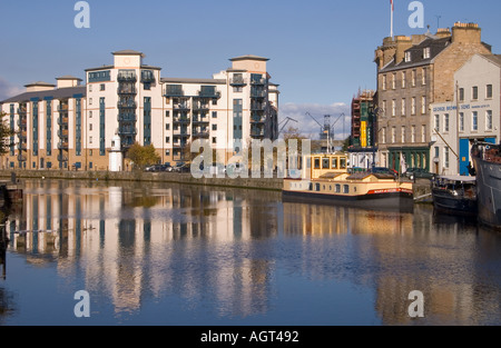 dh  LEITH LOTHIAN New dockland flats barge and old buildings alongside Water of Leith - Stock Photo