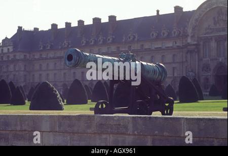 Cannon at Hôtel des Invalides Paris military arsenal revolution hospital - Stock Photo