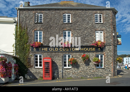 the old custom house in padstow,cornwall,england, now used as a public house - Stock Photo