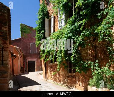 FR - PROVENCE: Narrow street in Roussillon - Stock Photo