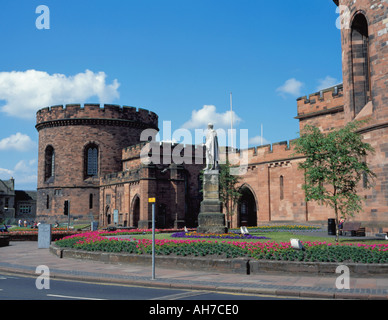 Statue of William Earl of Lonsdale in front of The Citadel, Carlisle, Cumbria, England, UK. - Stock Photo