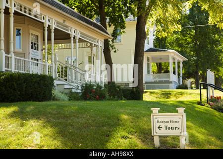 ILLINOIS Dixon Visitors Center next door to Ronald Reagan boyhood home site Reagan home tours sign - Stock Photo