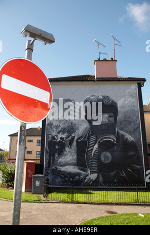 No entry roadsign and The petrol bomber at the Battle of the Bogside , part of the peoples gallery murals in Rossville - Stock Photo