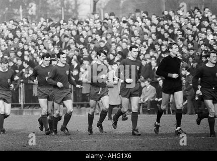 football, Bundesliga, 1966/1967, Borussia Moenchengladbach versus FC Bayern Munich 1:2, team of Munich comes in - Stock Photo