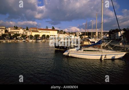 HRV Kroatien Krk Hafen und Altstadt von Malinska auf der Insel Krk Croatia Harbor and Old Town of Malinska on the - Stock Photo