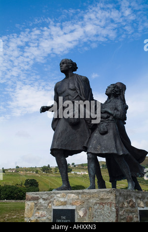 dh Highland clearances HELMSDALE SUTHERLAND The Emigrants 30 foot clearance family bronze statue scotland - Stock Photo