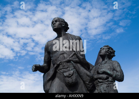 dh Highland clearance HELMSDALE SUTHERLAND Scottish The Emigrants 30 foot family bronze statue clearances scotland - Stock Photo