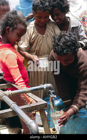 Somali refugee children at water tap - Stock Photo