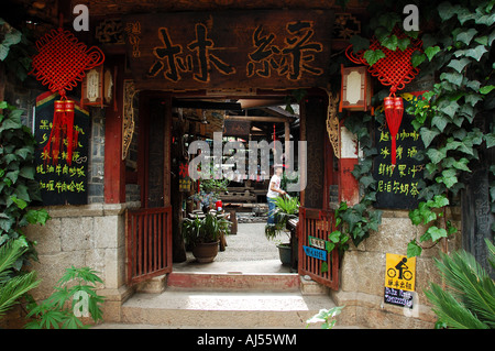 A full bar in a traditional Chinese courtyard, Lijiang, Yunnan, China - Stock Photo