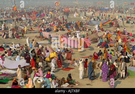 Pilgrims crowding the area behind the Sangam after bathing, Maha Kumbh Mela 2001, Allahabad, Uttar Pradesh, India - Stock Photo