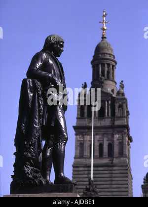 dh  GEORGE SQUARE GLASGOW SCOTLAND Robert Burns statue and City Chambers buildings tower