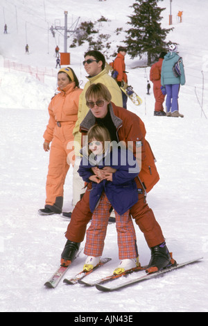 France.  Pyrenees 2000. Mother Annabel Eigeland and daughter Natalie doing a first ski lesson at age 6 - Stock Photo