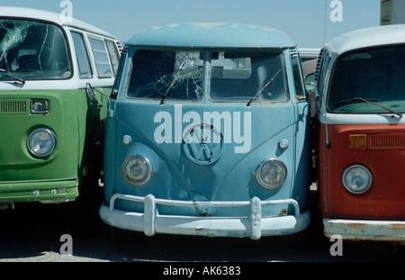 Old VW busses at scrapyard Alamogordo New Mexico USA Alte VW Busse auf Schrottplatz Alamogordo Neu Mexiko USA Nordamerika - Stock Photo