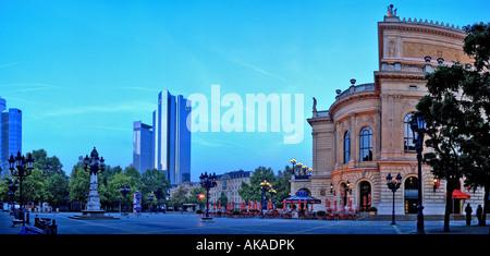 Der Frankfurter Opernplatz früh morgens, mesnchenleer. Kontrast moderner zu historischer Architektur, Cyan-Himmel, - Stock Photo